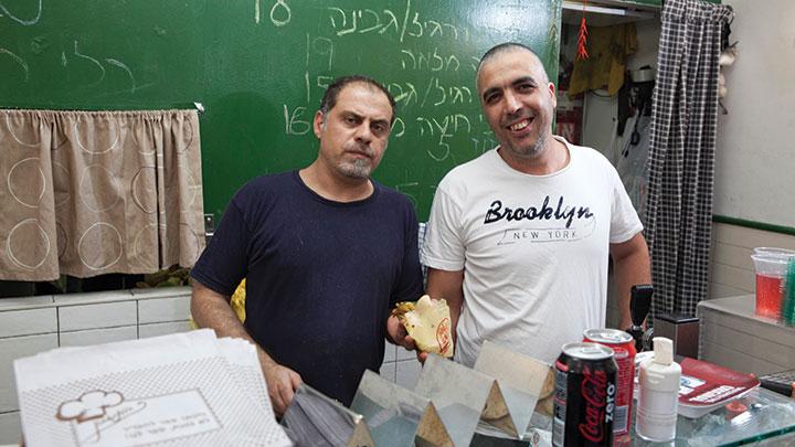 מיתולוגיית סביח. מירו פרץ (מימין) המייסד של סביח פרישמן ואפי רז (משמאל) מסביח טשרניחובסקי (צילום: אנטולי מיכאלו)