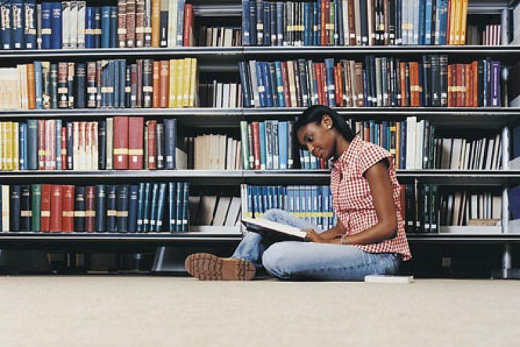 האם הנוער באמת לא קורא ספרים? (צילום: shutterstock)