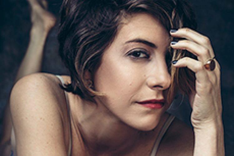 דפנה לוסטיג. צילום: זיו שדה. סטיילינג: Eve Luzi, ע' סטיילינג: חן חבושה, ע' איפור ושיער: ריקי ראובני. בגד גוף: קום איל פו