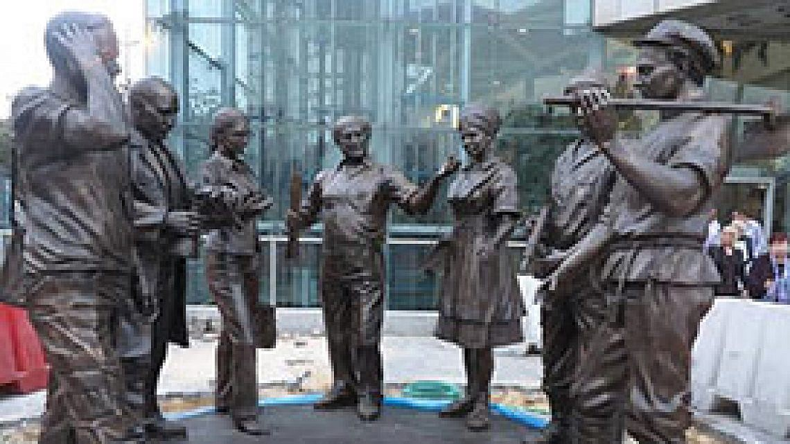 """הפסל """"המסע הציוני"""" מחוץ לקניון עזריאלי"""