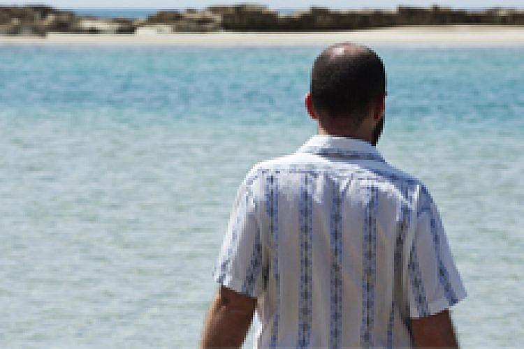 עודד כרמלי על אי בודד. צילום: מיכאל טופיול