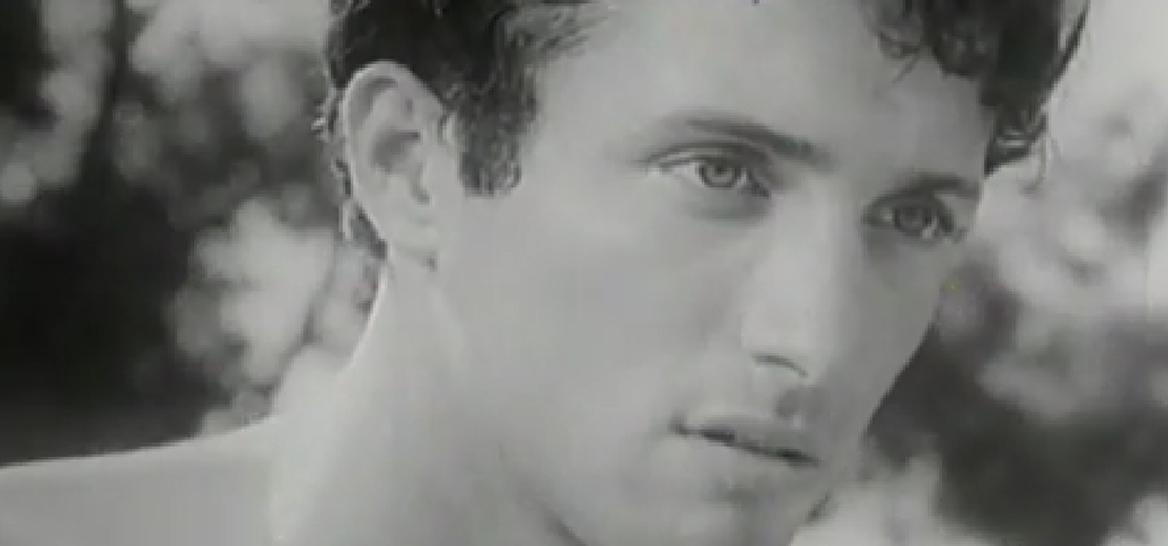 """אסי דיין (צילום מסך מתוך """"הוא הלך בשדות)"""