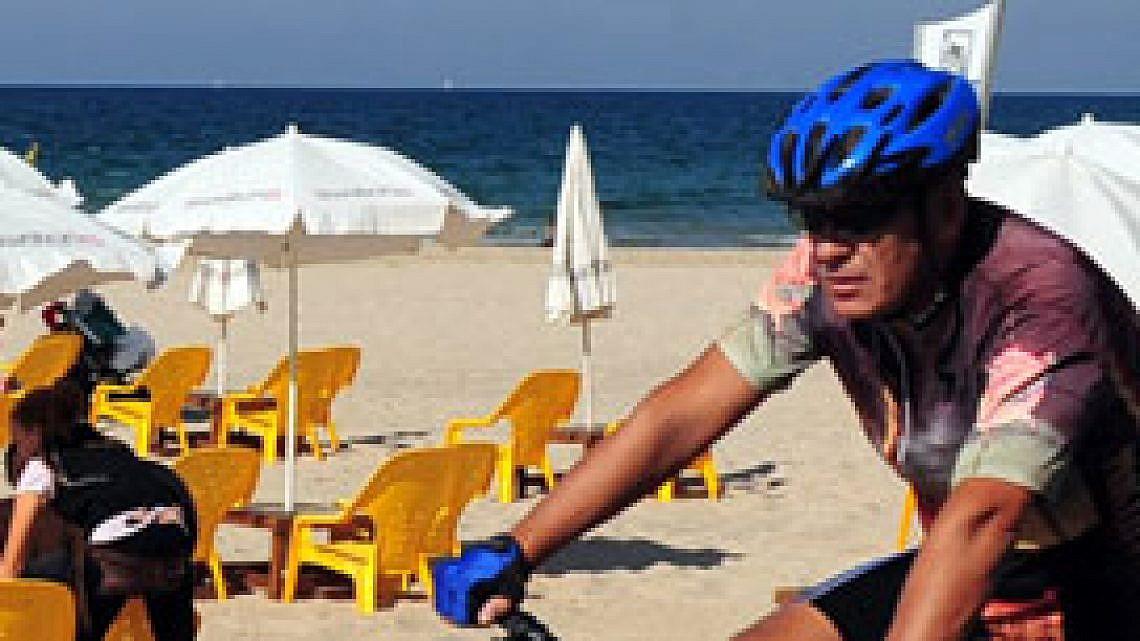 רוכבי אופניים בתל אביב. צילום: Shutterstock
