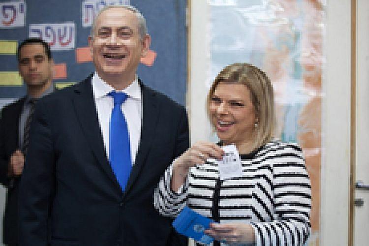 בני הזוג נתניהו מצביעים בבחירות 2015. צילום: Getty Images