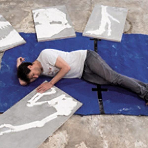 יונתן אולמן בתהליך ההקמה של ״המקרר״