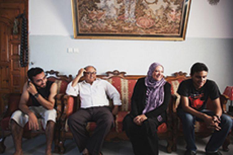 """""""הוריה ואחיה של אלאא"""", מתוך """"קרובים   רחוקים"""""""