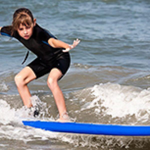 גלישת גלים. צילום: Shutterstock