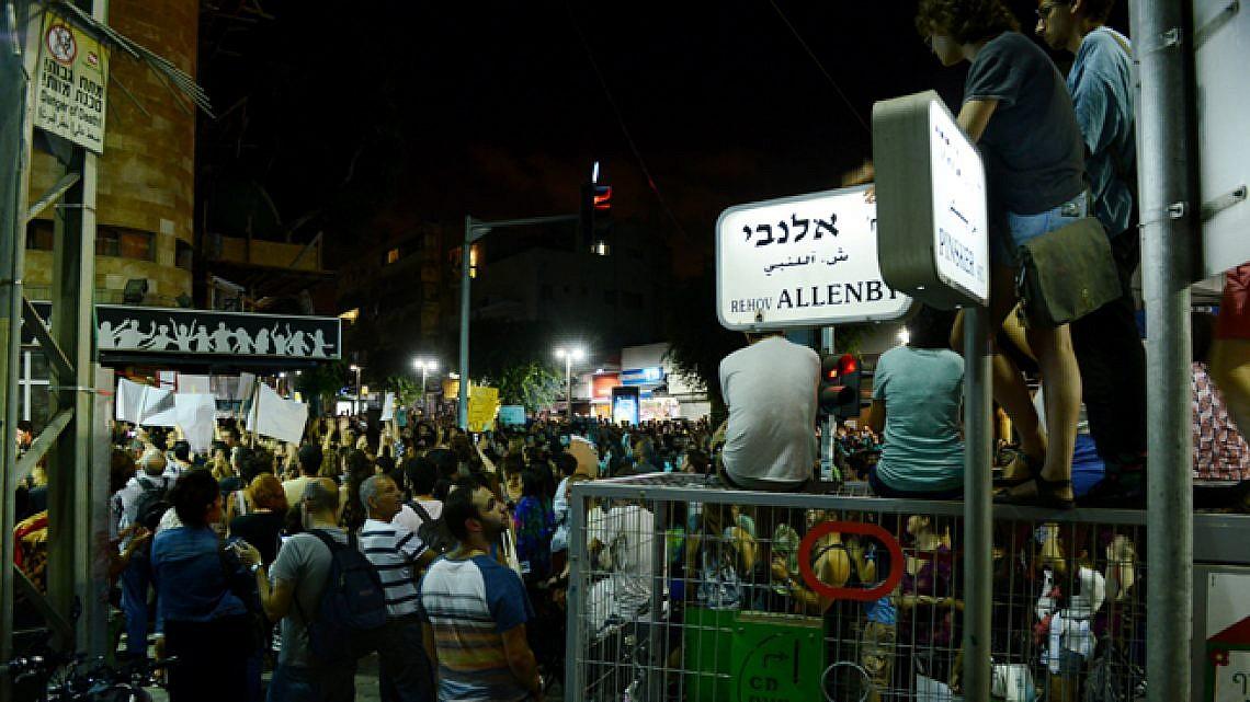 הפגנה מול אלנבי 40. צילום: גוני ריסקין