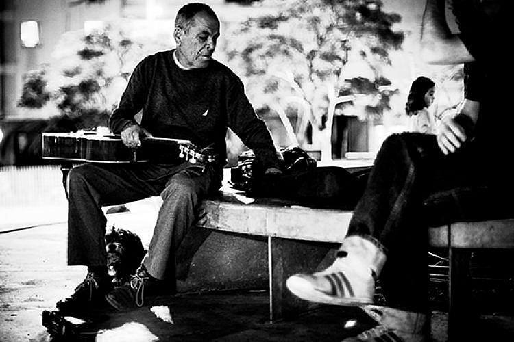 זאב טנא בכיכר הבימה. צילום: בצלאל בן חיים