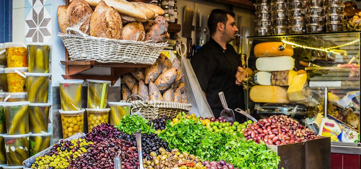הנה, למשל, מעדניית יום טוב בשוק לוינסקי (צילום: רוני חבר)