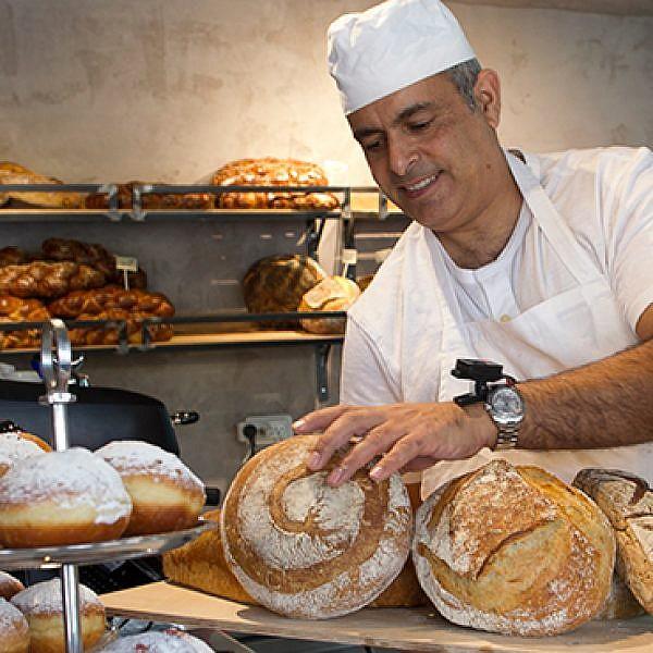 לחם וחצי בנחלת יצחק. צילום: אנטולי מיכאלו