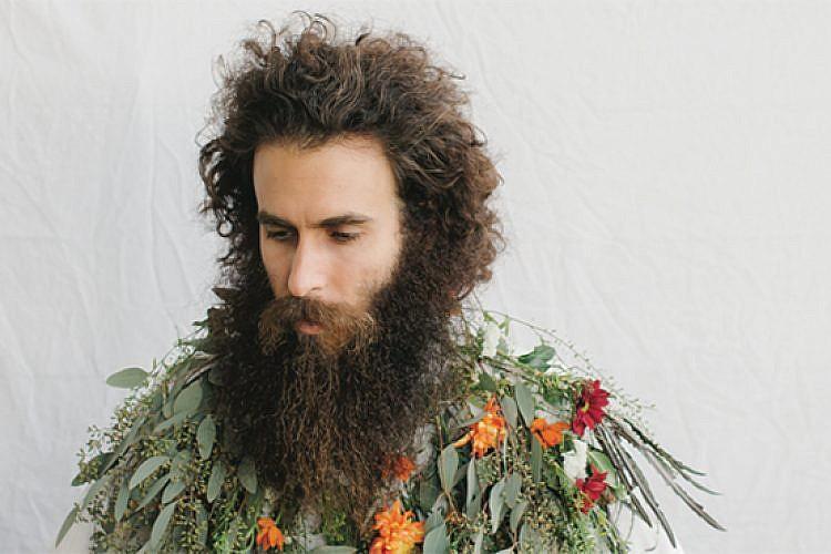 """אלון לנדה, תערוכת """"פרחים זה גברי"""" בכולי עלמא. צילום: לירון אראל"""