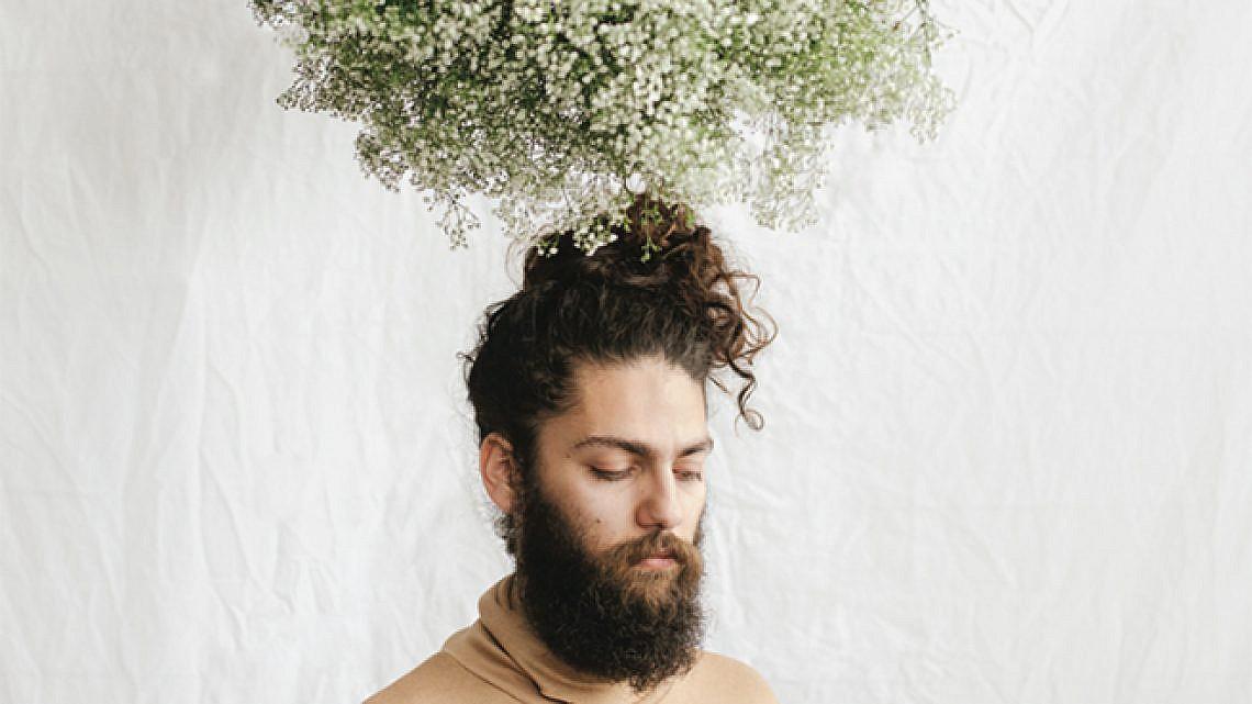 """יוסי מזרחי, תערוכת """"פרחים זה גברי"""" בכולי עלמא. צילום: לירון אראל"""