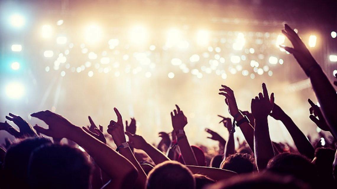"""""""הרמה הגבוהה של הקיום האנושי בדורנו היא ללכת להופעה ולא להעלות ממנה שום תיעוד לרשתות החברתיות"""" (צילום: Shutterstock)"""