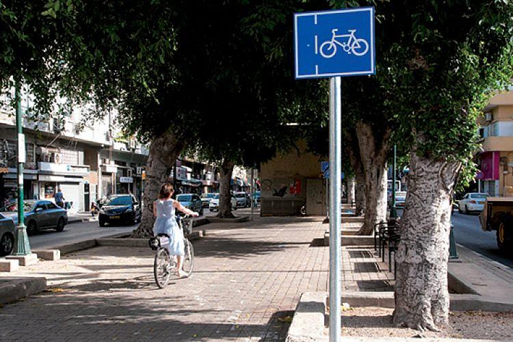 שביל אופניים חדש-ישן בשדרות ירושלים (צילום: אילן רוזן)