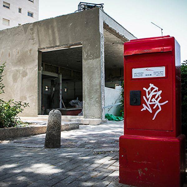 תיבות דואר אדומות בתל אביב (צילום: שלומי יוסף)