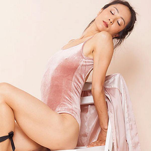 גוף בתנועה. ארי נקמורה. צילום: רותם רייצ'ל חן. בגד גוף ונעליים: זארה.