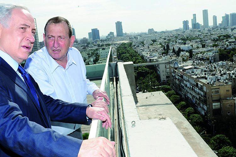תגיד, איך עובד הטריק הזה של להאשים את הזרים בכל? חולדאי ונתניהו בתל אביב (צילום: כפיר סיוון)
