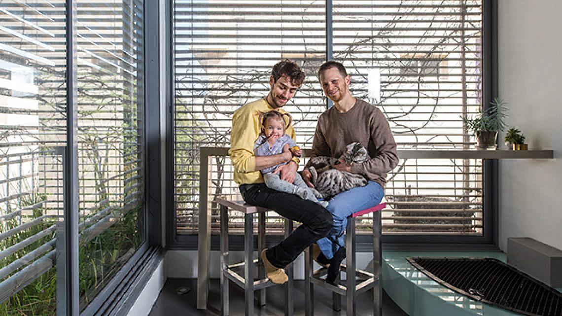 גל פלורסהיים ודורון גלבוע בדירתם. צילום: נמרוד סונדרס