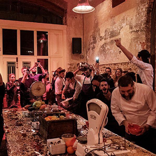 אותנטיות מפורמטת. אסף גרניט מבשל ארוחה סודית של מחלבות גד בהפקת Time Out. צילום: פרדי מולי