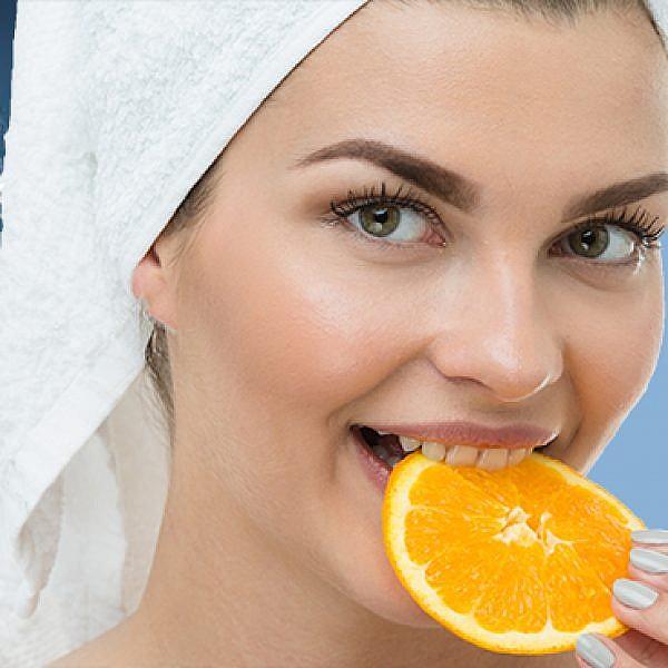 אוכלת תפוזים במקלחת וטוב לה. צילום: שאטרסטוק. עיבוד תמונה: רוי גיא