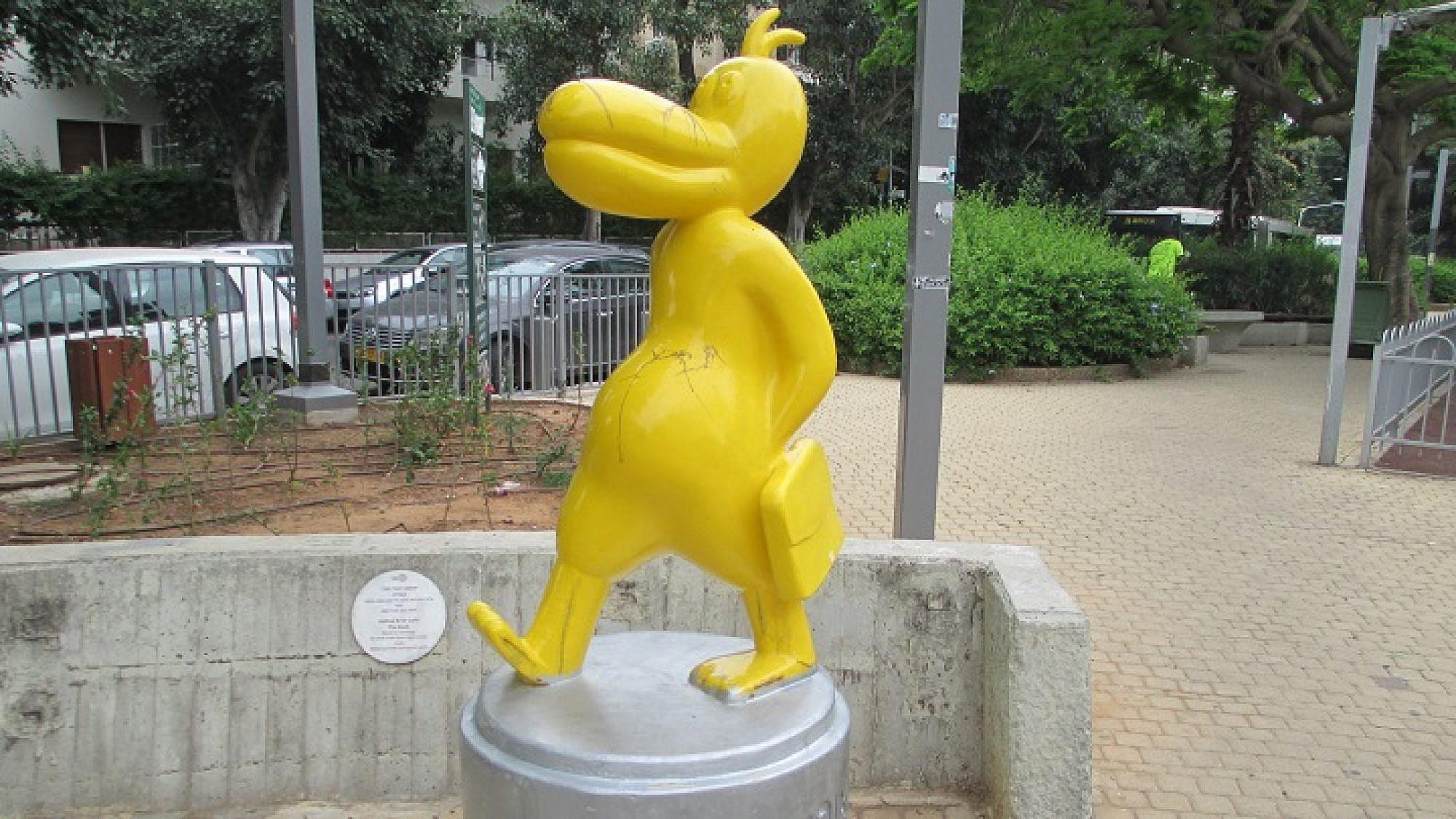 פסל הברווז של דודו גבע (צילום: אבישי טייכר)