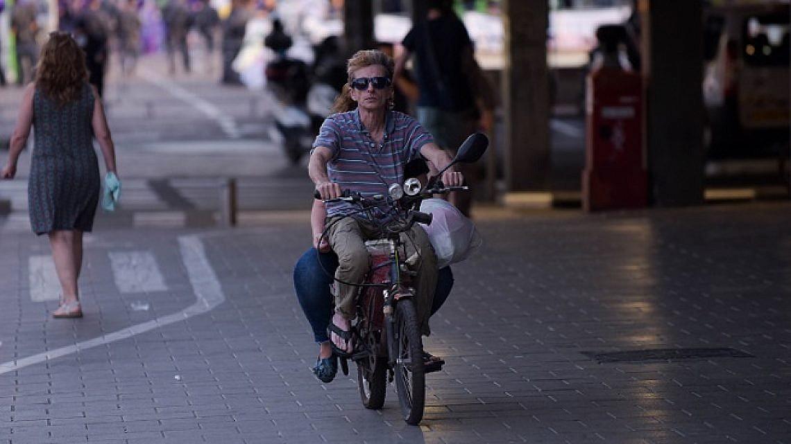 אופניים חשמליים בתל אביב (צילום: בן קלמר)