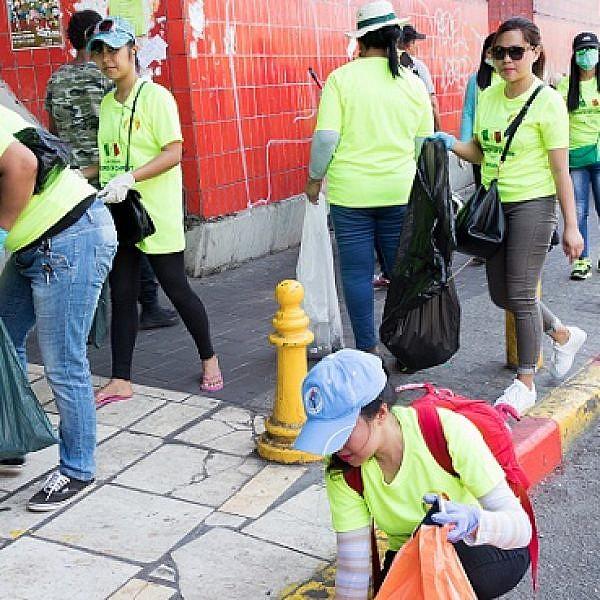 מבצע הניקיון של הקהילה הפיליפינית (צילום: דין אהרוני)