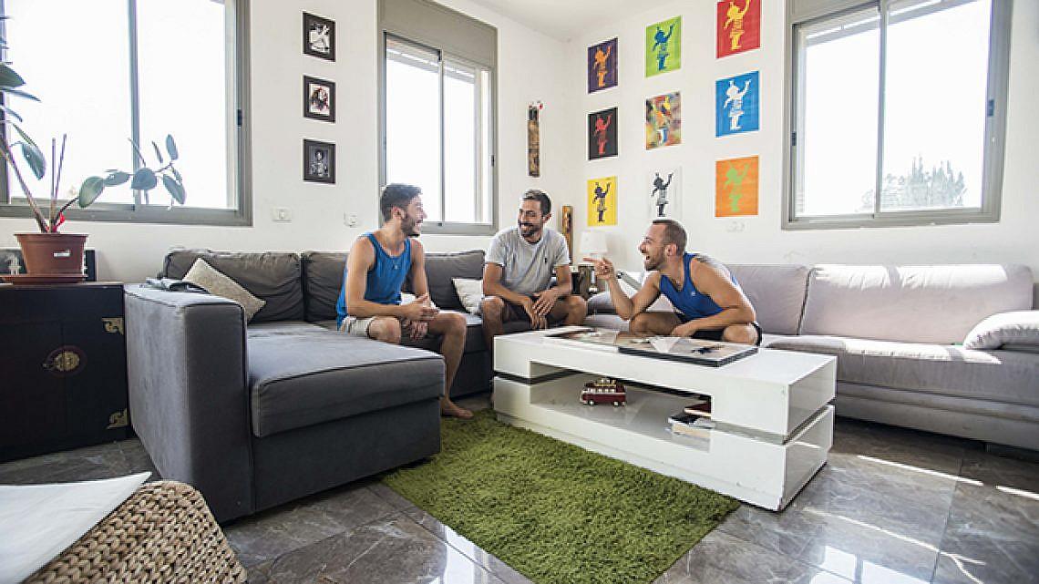 דירת קיבוץ גלויות ביפו. מימין: פרידהיים, וורנר, מאראצ'ה. צילום: דניאל ז'קונט