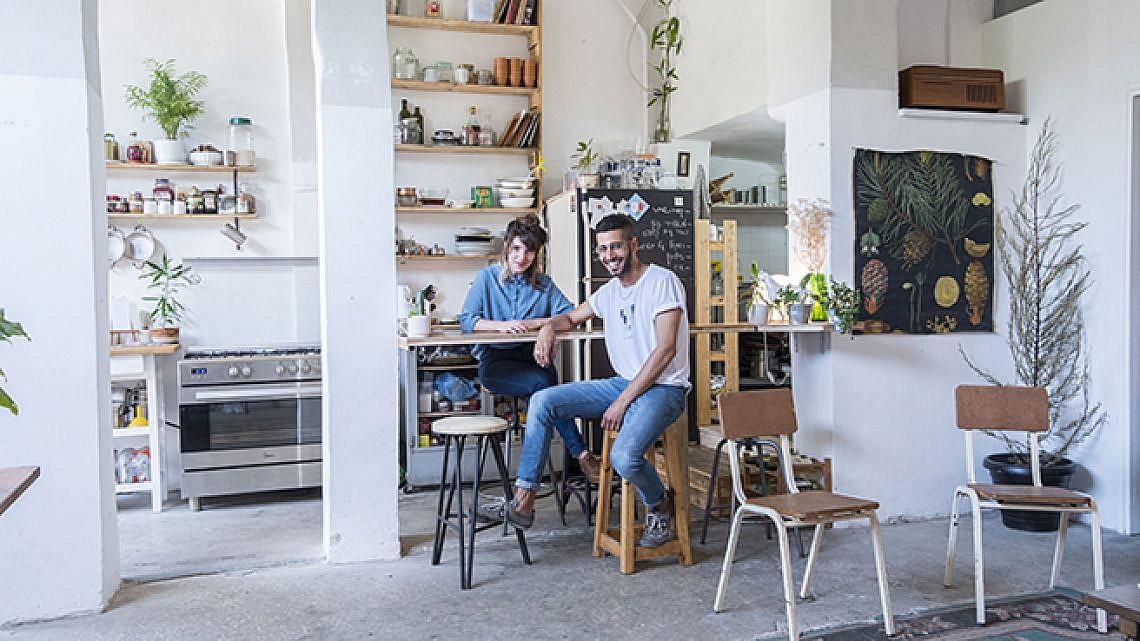 קינן בזל ומרווה רז, שותפים לדירה במתחם נגה (צילום: דניאל ז'קונט)