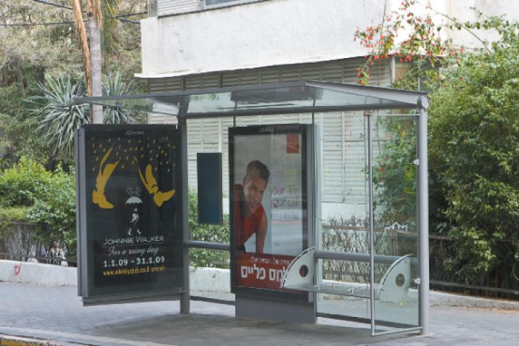 תחנת אוטובוס בתל אביב (צילום: אנטולי מיכאלו)