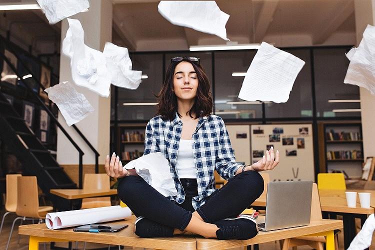מדטתי במשרד (צילום: Shutterstock)