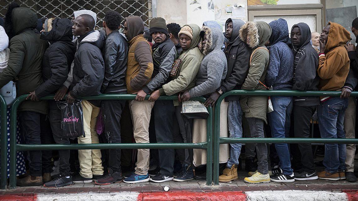 מבקשי מקלט ממתינים בתור ללשכת רשות האוכלוסין בפלורנטין (צילום: אורן זיו)