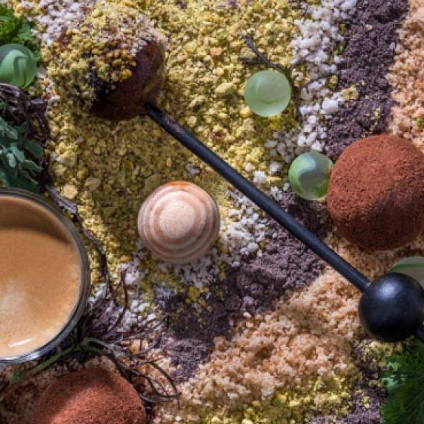 נספרסו כדור שוקולד מרציפן בתערובות תבלינים. צילום: אנטולי מיכאלו
