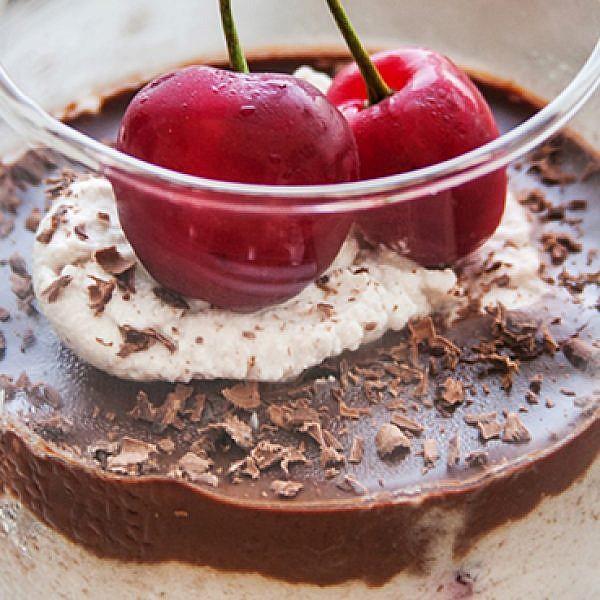 מוס דובדבנים וקרם שוקולד. אורי שביט. צילום: טל סיון-צפורין