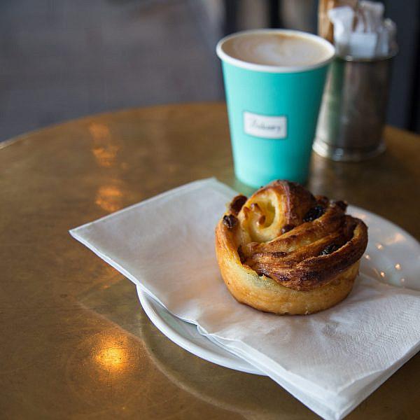 קפה ומאפה בבייקרי (צילום: עידית בן עוליאל)