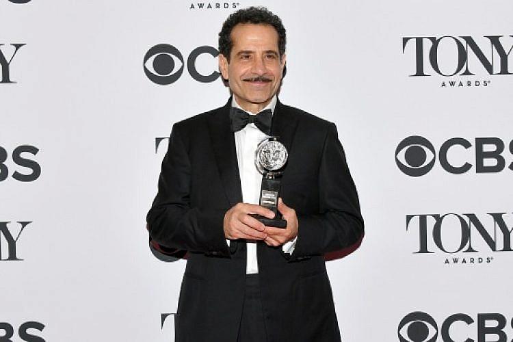 """טוני שלהוב, שזכה בפרס השחקן הטוב על """"ביקור התזמורת"""", אמש בטקס פרסי הטוני (צילום: gettyimages)"""