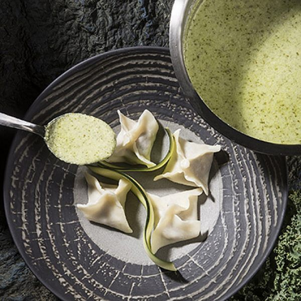 מנטי טלה ומנטה, קציפת יוגורט כוסברה וירקות ירוקים. צילום: איליה מלניקוב