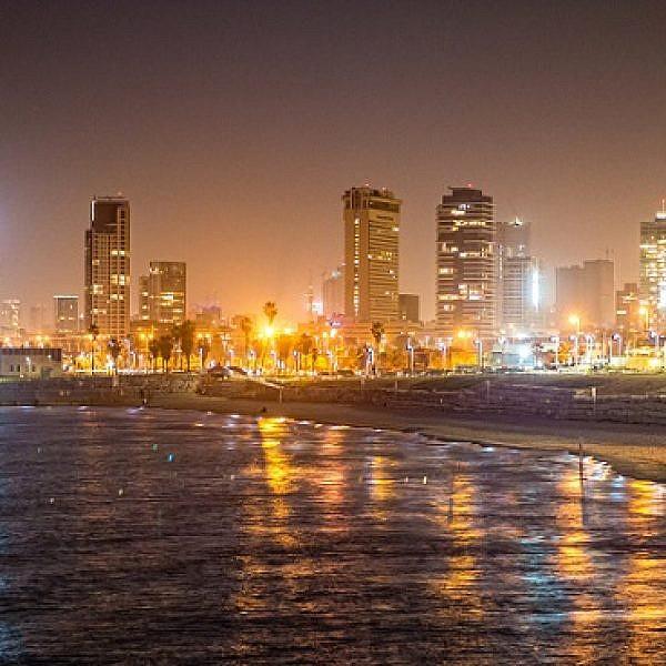 רצועת החוף התל אביבית בשעת לילה (צילום: Shutterstock)
