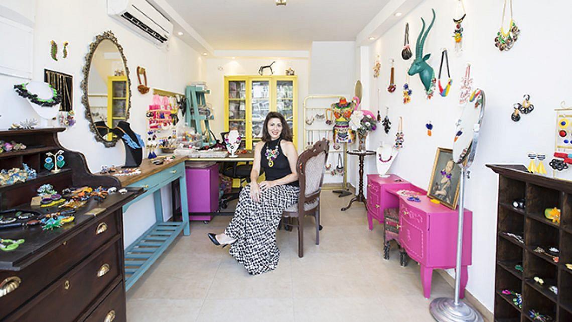 אורטל בן דיין בחנות התכשיטים שלה. צילום: הילה עידו
