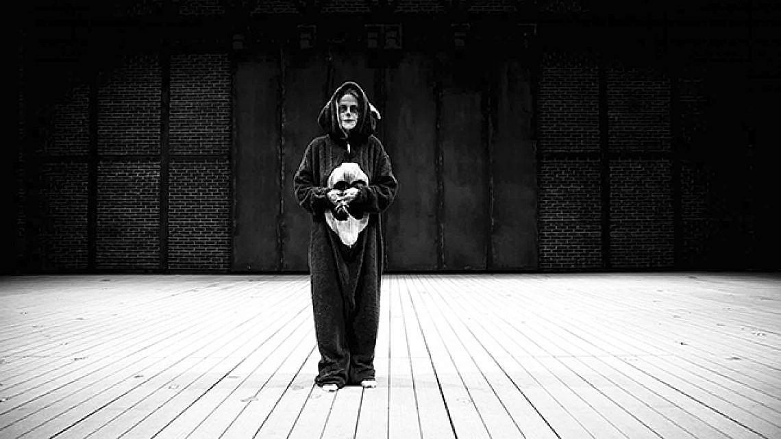 """שרלוט רמפלינג בתערוכת """"הדוב הנרגן"""" של לוריס גראו (מיצב וידיאו)"""