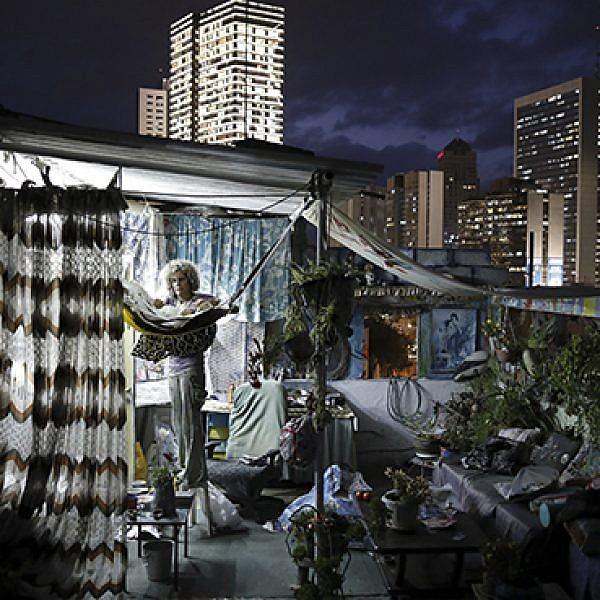 האמנית אנה אשורי בסטודיו על גג ברמת גן (צילום: קורינה קרן)