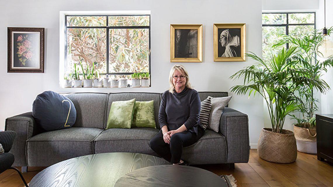שרון גלילי בדירתה. צילום: הילה עידו