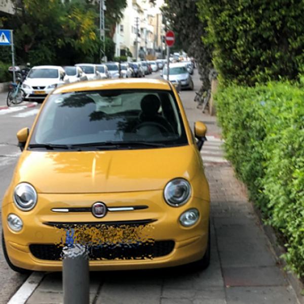 רכב חונה על המדרכה בתל אביב (צילום: עמותת אור ירוק)