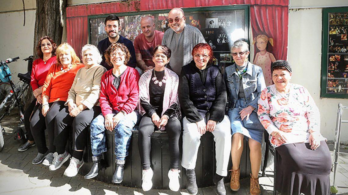 לוינשטיין, יצחק וקבוצת הקשישות (צילום: שלומי יוסף)