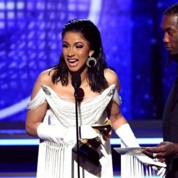 קארדי בי מקבלת את פרס אלבום הראפ הטוב ביותר, כשלצדה אופסט (צילום: Getty Images)
