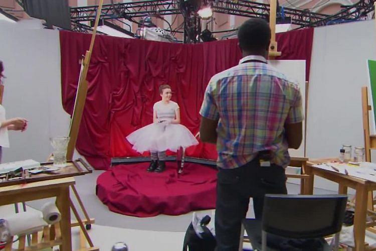 """מייזי וויליאמס מצטיירת ב""""Portrait Artist of the Year"""""""