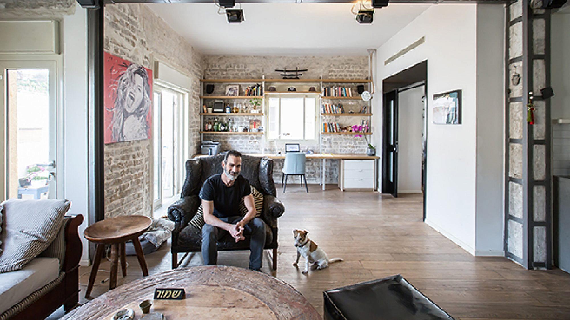 יניב ורוצ'יק והכלב בבי. צילום: הילה עידו