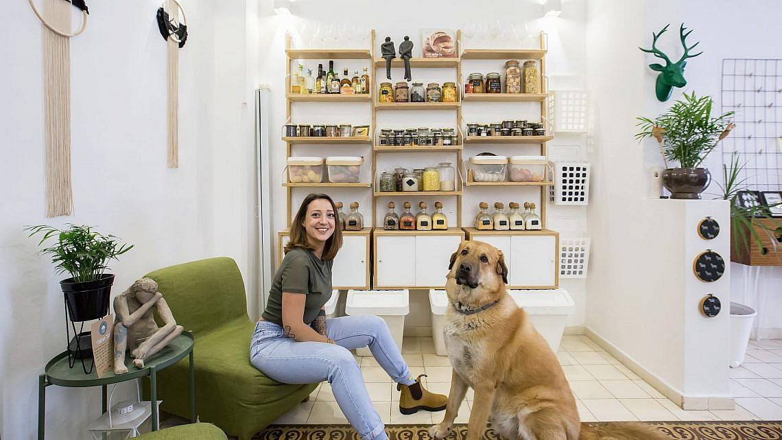 פעם שניה גלידה? אורטל תורג'מן והכלב גוש בסלון. צילום: הילה עידו