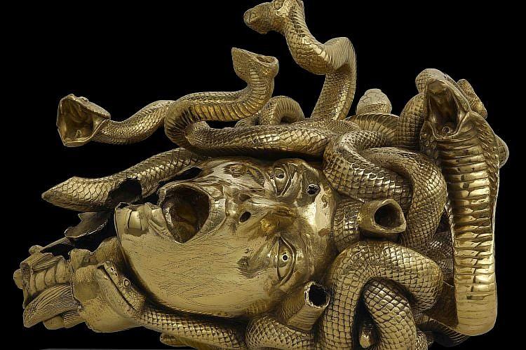 ראשה הערוף של מדוזה. מוזיאון חיפה (עבודה: דמיאן הירסט)